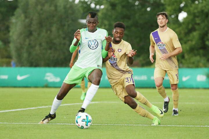 Moise Ngwisani (M.), hier im Testspiel gegen den VfL Wolfsburg im Zweikampf mit Victor Osimhen, schaffte es nur einmal überhaupt in den Kader. Sein Stammplatz war die Tribüne.