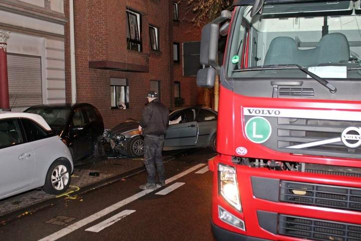 Ein Trümmerfeld aus beschädigten Autos ist bei dem Unfall eines betrunkenen Fahrers entstanden.