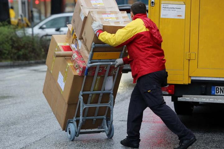 Ein Paketbote der Post.