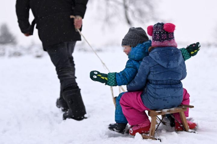 Schon Mitte Dezember lag im nordhessischen Willingen ausreichend Schnee für eine kleine Schlitten-Partie.