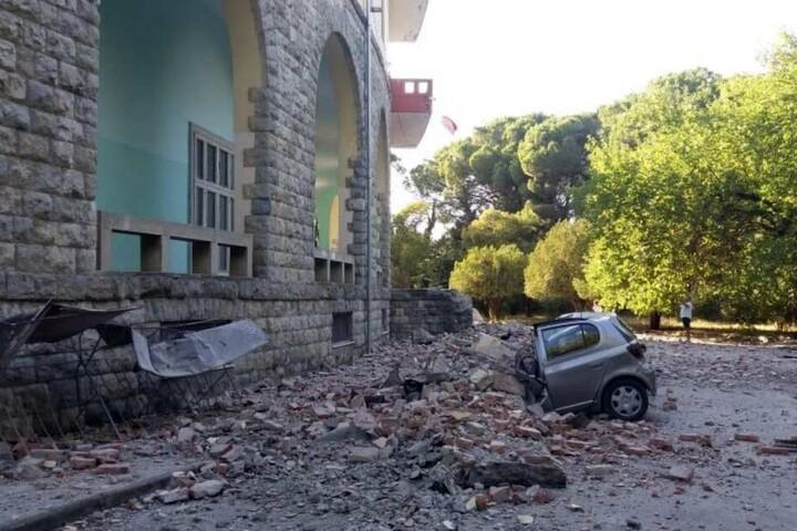 Ein beschädigtes Auto liegt nach einem Erdbeben unter den Trümmern vor dem Gebäude der Geologie-Fakultät.
