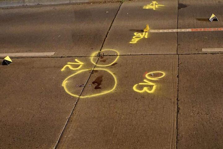 Die Polizei sicherte Spuren an der Unfallstelle. Zu sehen ist ein Blutfleck.