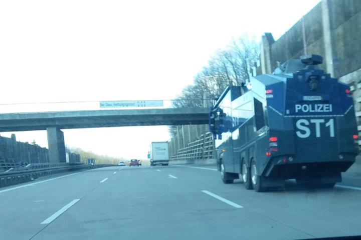 Am Montagmorgen waren schon Wasserwerfer auf der Autobahn in Richtung Chemnitz unterwegs.