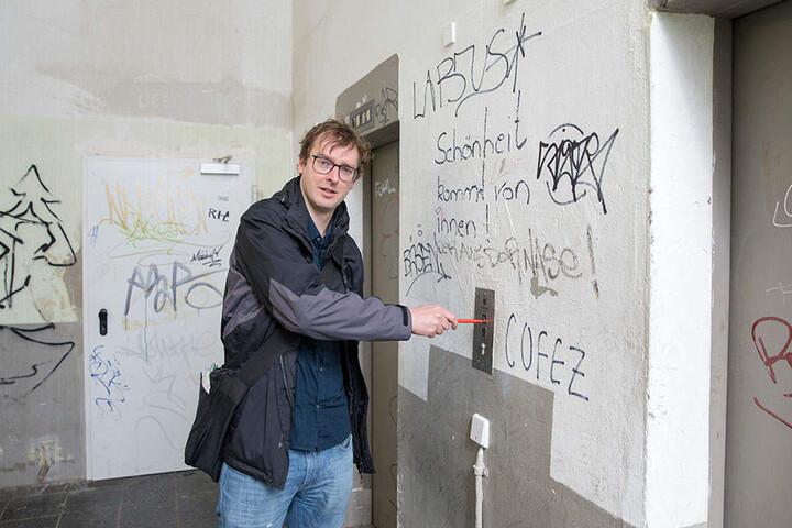 Beschmierte Bröckel-Wände, marode Leitungen und auch der Fahrstuhl macht keinen vertrauenswürdigen Eindruck.