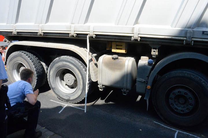 Bei dem Unfall geriet die Frau unter den LKW