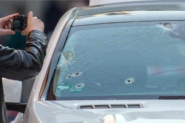 Der Wagen wurde regelrecht mit Kugeln durchsiebt.