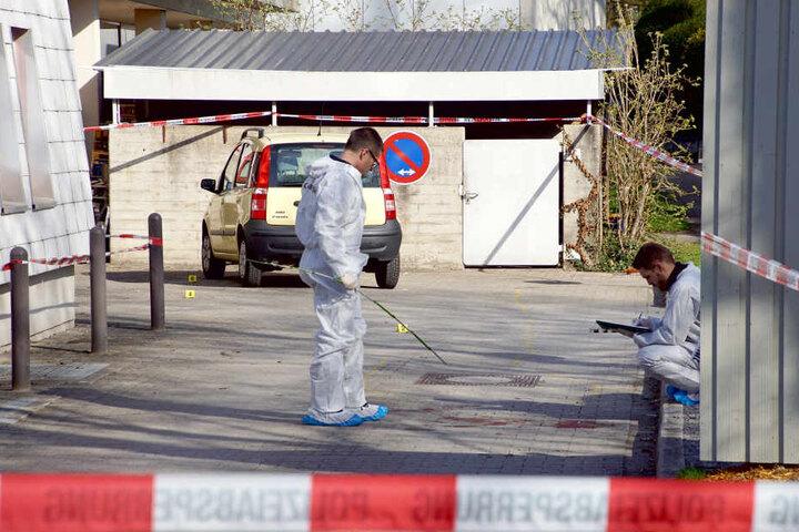 Mitarbeiter der Spurensicherung der Polizei untersuchenin Löwenstein bei Heilbronn den Tatort. (Archivbild)