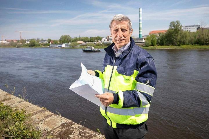 DREWAG-Projektleiter Norbert Gassel (61) am Elbufer (Höhe Volksfestgelände), wo der Tunnel zur Neustädter Seite entlanglaufen soll.