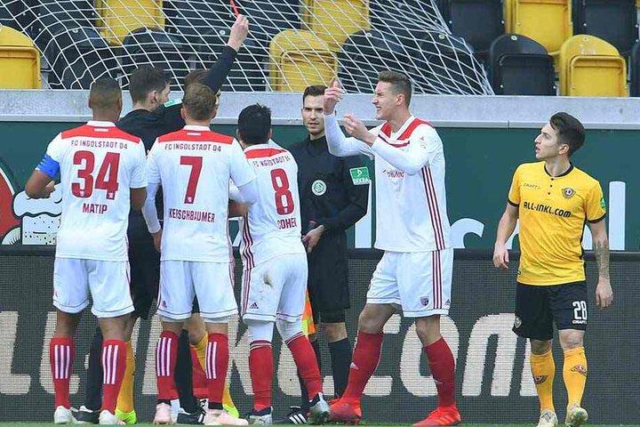 Strittig: Phil Yannik Neumann (r.) wird von Schiedsrichter Matthias Jöllenbeck mit Rot des Feldes verwiesen. Gelb hätte laut Reglement gereicht.