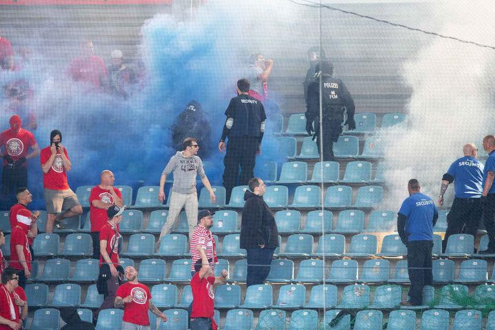 Wegen Ausschreitungen zwischen den Fanlagern des 1. FC Magdeburg und 1. FC Köln musste die Partie kurzzeitig unterbrochen werden.