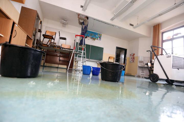 In den Zimmern sind Eimer aufgestellt, um das Wasser, das durch die Decke tropft, aufzufangen. Auf dem Boden stehen noch Pfützen.