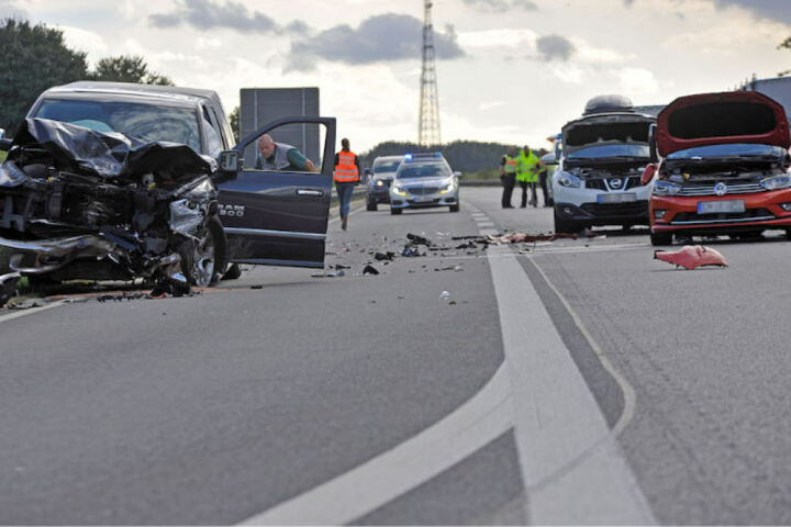 Die gesperrte Autobahn 20 war nach dem Unfall ein Trümmerfeld.