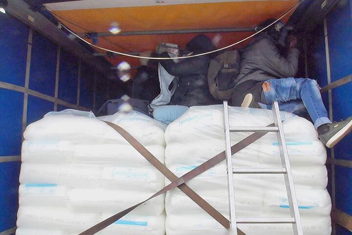 Die Migranten hatten sich auf zwei Güterzügen versteckt.
