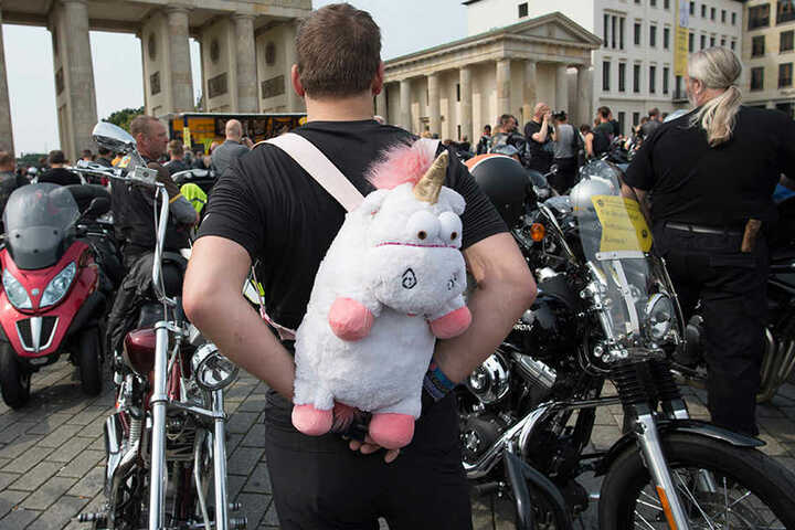 Auffallen ist ist alles: Einen besonderen Rucksack trägt auf dem Pariser Platz ein Teilnehmer der 12. Sternfahrt der BikerUnion.