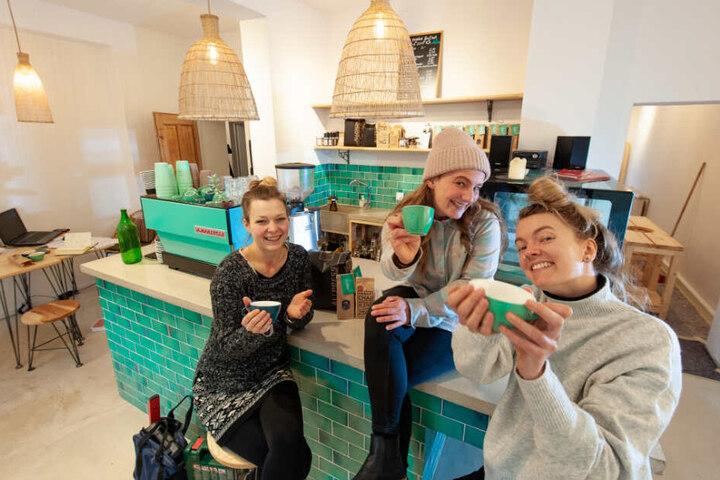 """Das Café läuft gut, der Ausbau erfolgt vielleicht mit EU-Mitteln: Tina Stapel, Susann Heidler und Jeanine Lindenhahn (v.l.n.r.) vom """"Dreamers"""" freuen sich."""