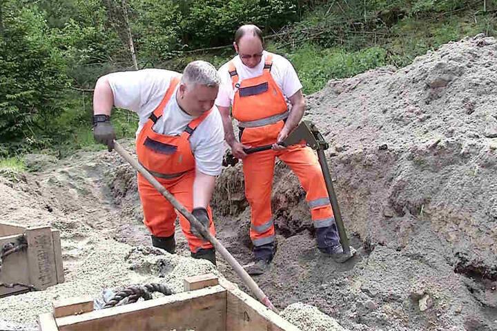 Mit viel Sand stoppten die Experten herumfliegende Splitter.