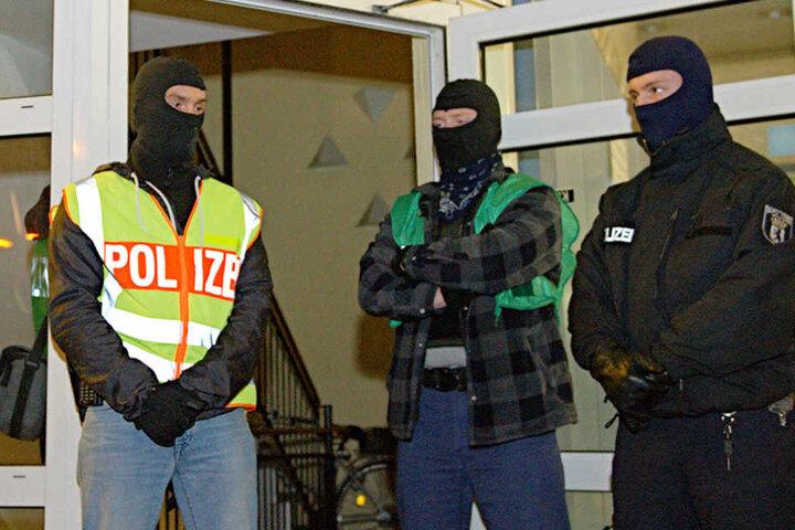 Spezialkräfte der Polizei sichern den Eingangsbereich des Seitona Kulturvereins während einer Durchsuchung in Berlin.