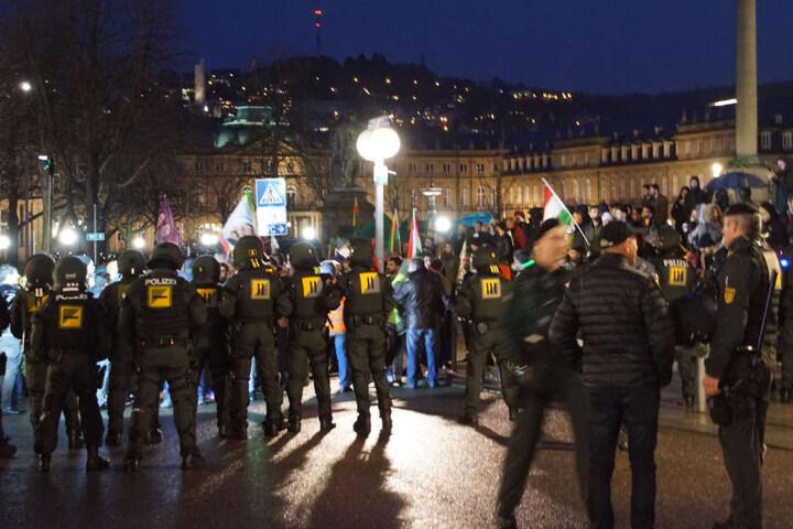 Hunderte demonstrieren gegen Angriffe in Syrien