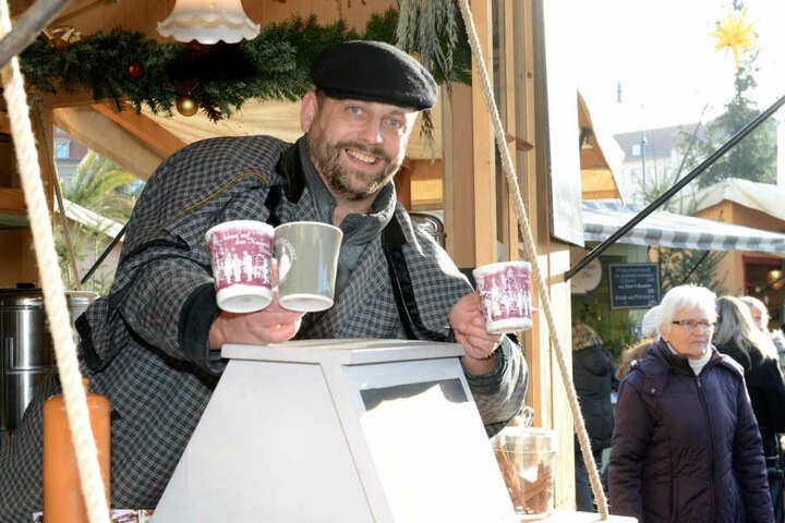 """Rico Scholz (41) kennt sich beim Abfüllen aus: Sein """"Glükor"""" auf dem Neumarkt  hat kräftige 15 Prozent Alkohol."""