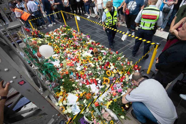 Zahlreiche Blumen, Kuscheltiere und Briefe wurden am Unglücksgleis abgelegt.