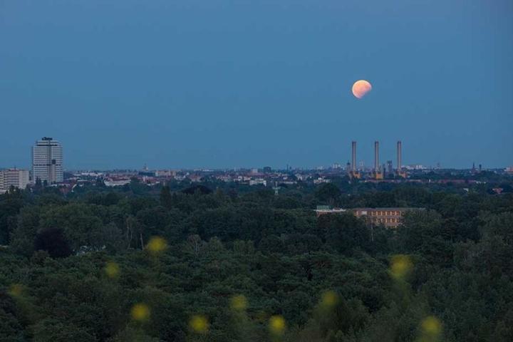 Blick auf die partielle Mondfinsternis über Berlin.