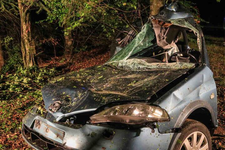 Der Fahrer des Autos musste von der Feuerwehr aus seinem Fahrzeug befreit werden.