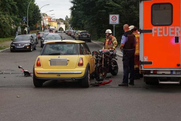 In Neukölln krachte ein Motorrad in diesen Mini, der Biker kam verletzt ins Krankenhaus.