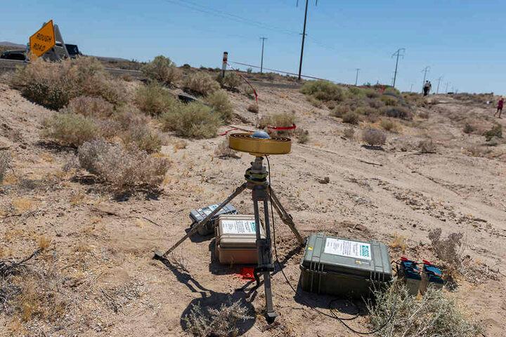 Gerätschaften zur geologischen Überwachung der United States Geological Survey (USGS) stehen neben einem Spalt im Boden am Highway 178 zwischen Ridgecrest und Trona.