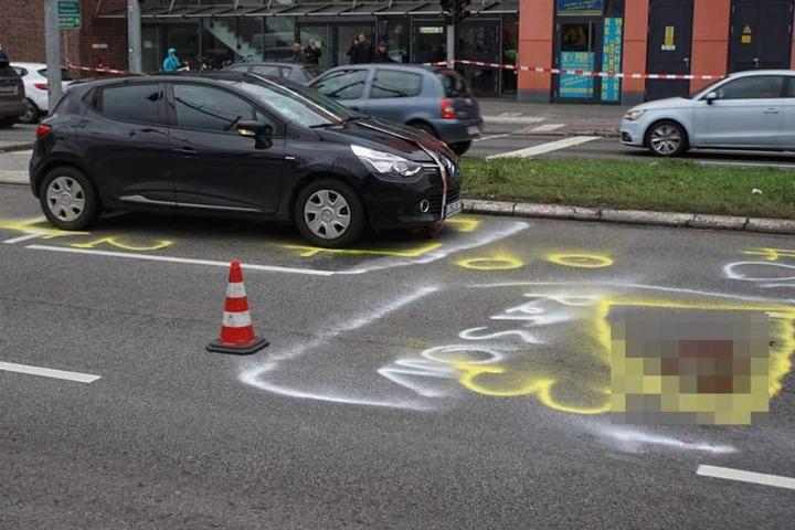 Die Polizei markierte auf der Straße die Unfallpositionen.