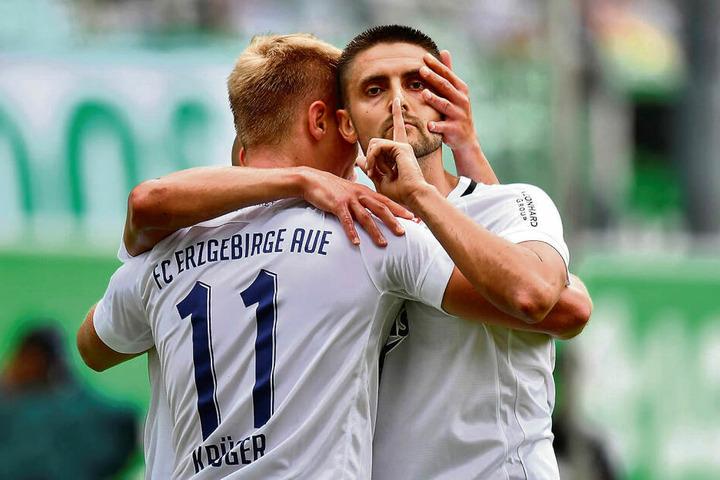"""""""Seid leise, ihr Kritiker"""", will Dimitrij Nazarov hier wohl sagen. Er legte nach seinem Tor zum 1:0 seinen Zeigefinger an den Mund. Er feiert den Treffer mit Vorlagengeber Florian Krüger."""