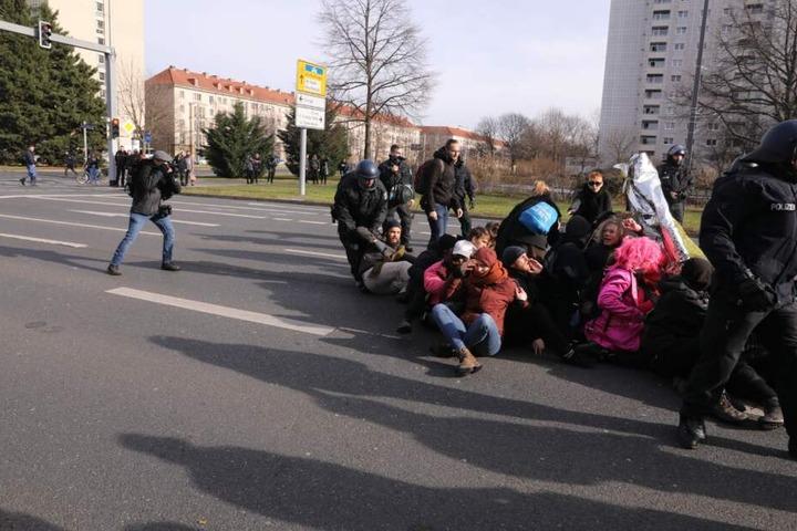 Polizisten lösen Sitzblockade auf