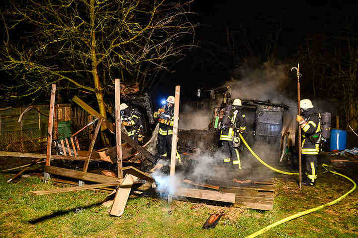 In der Nacht entfachte in der kleinen Hütte ein Feuer.