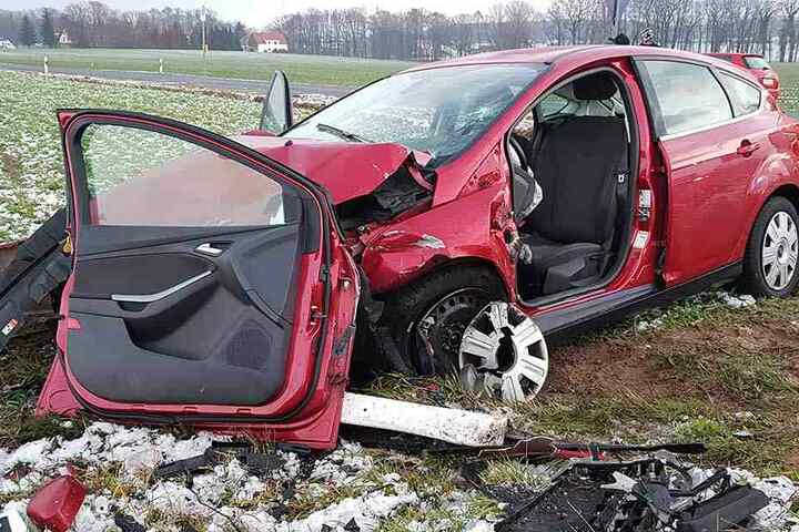 Die Feuerwehr musste die Tür des Fords entfernen, um den Fahrer befreien zu können
