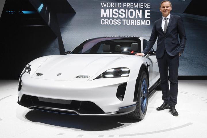 Wird die Porsche-Zukunft elektrisch? Vorssands-Chef Oliver Blume mit dem Porsche Mission E Cross Turismo.