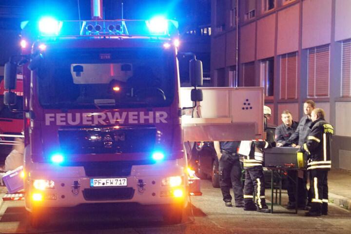 Feuerwehrleute am Einsatzort in Pforzheim.