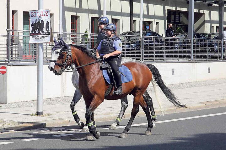 Berittene Polizei patrouillierte um den Tagungsort am Maritim Hotel in Dresden.