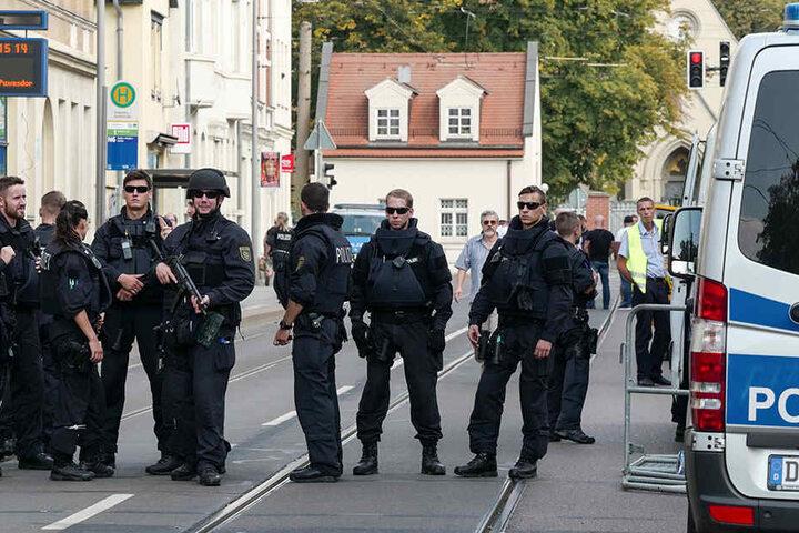 Hunderte Polizisten waren im Einsatz um die Rocker zu kontrollieren und den Marsch abzusichern.
