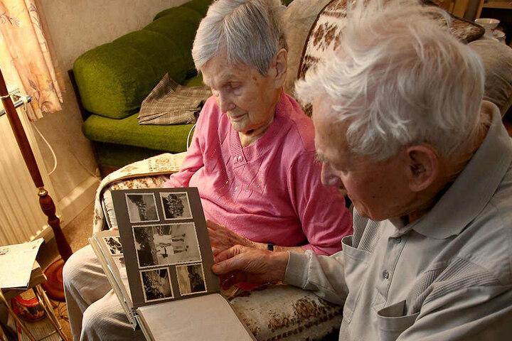 In Fotoalben halten die beiden ihre Lebenserinnerungen fest.