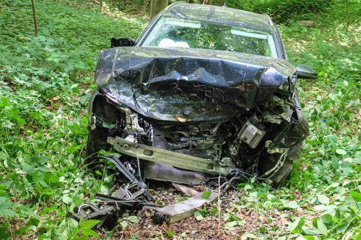 Der Audi flog etwa 15 Meter eine Böschung hinab.