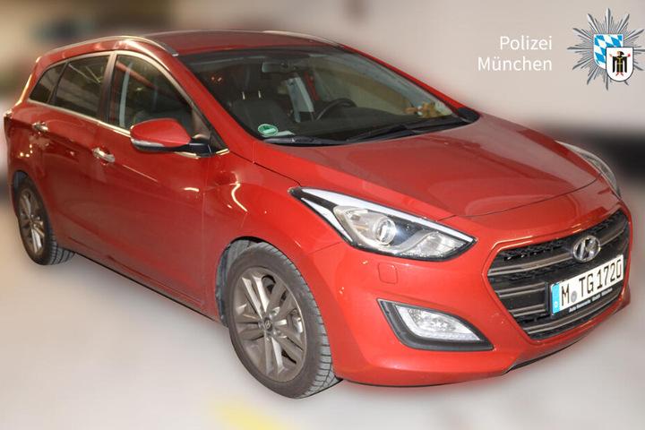 Ein Auto der Familie: Ein roter Hyundai i30.