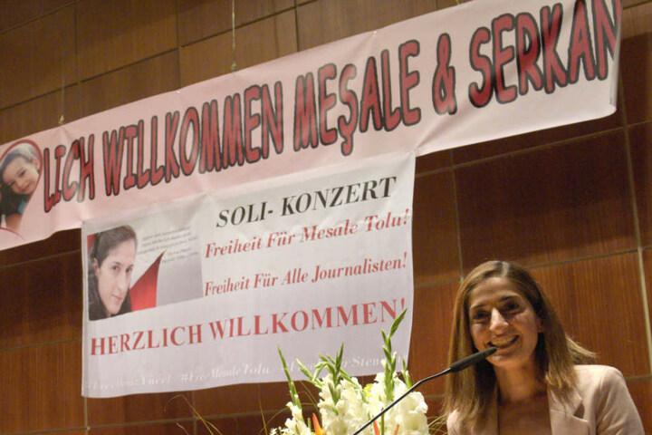 Mesale Tolu spricht auf einer Willkommensfeier in Ulm, nachdem sie aus der türkischen Haft zurückkehrte. (Archiv)