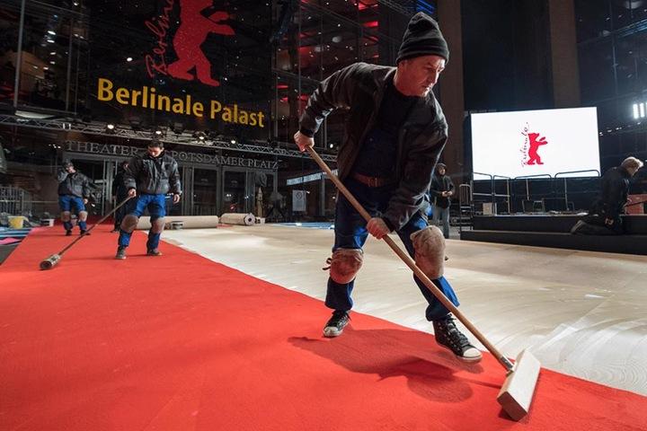 Arbeiter verlegen vor dem Berlinale-Palast den roten Teppich.