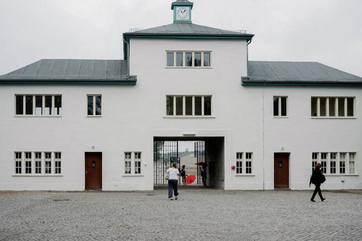 Der Haupteingang zum ehemaligen Konzentrationslager, der heutigen Gedenkstätte und Museum Sachsenhausen. (Archivbild)