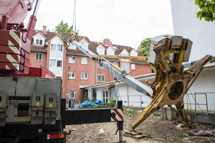 Beim Abmontieren der Gegengewichte kippte der Kran Richtung Wohnhaus um.
