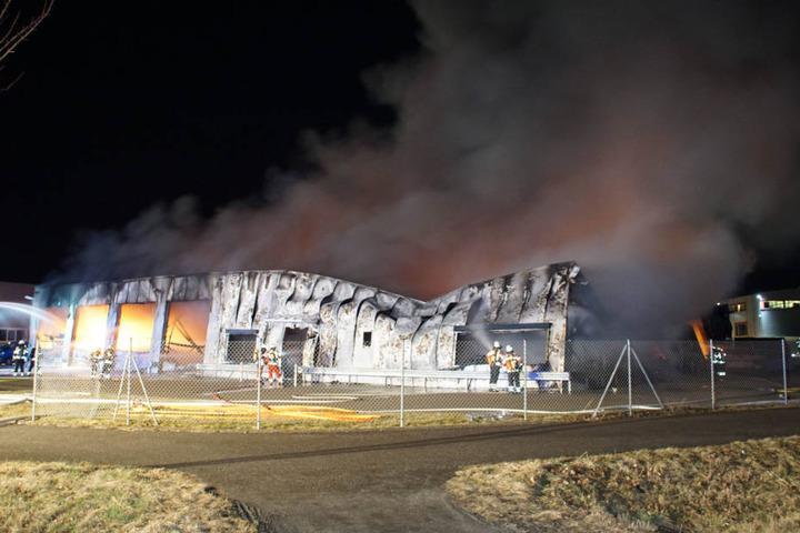 Obwohl Dutzende Kräfte im Einsatz waren brannte die Halle vollständig aus.