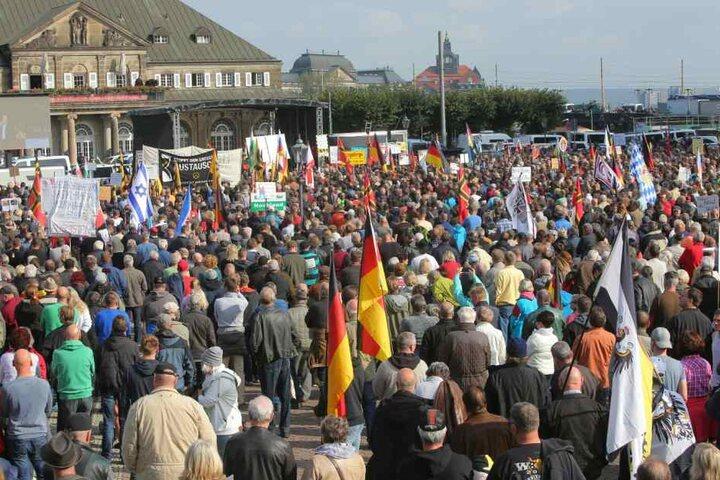 Viele Deutschland-Fahnen am Theaterplatz.