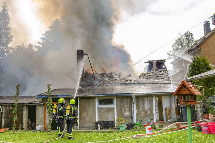 In einem Hinterhof stand ein Gebäude mit mehreren Anbauten in Flammen.