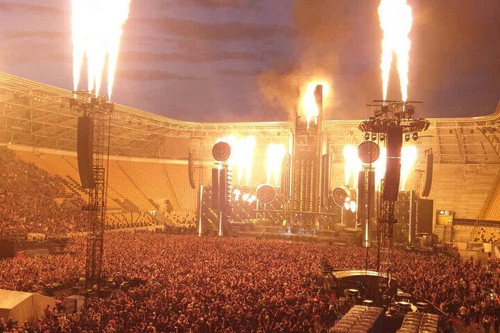 """Die heftige Feuershow während des Konzertes setzte das Stadion """"in Brand""""."""