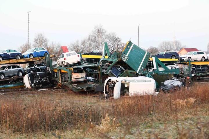 Bild der Verwüstung: Mehrere Wagen liegen auch Stunden nach dem Zusammenprall noch neben den Waggons.