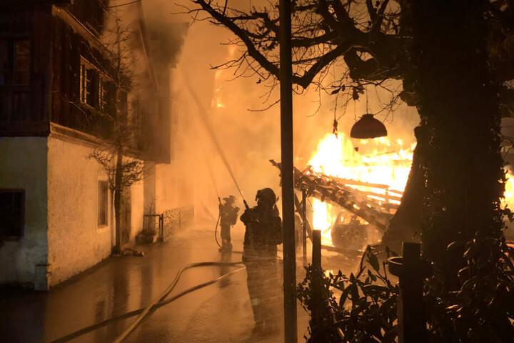 Die Flammen beschädigten ein Gebäude.